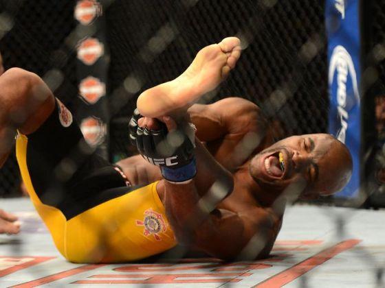 1388296744000-USP-MMA-UFC-168-Weidman-vs-Silva-002
